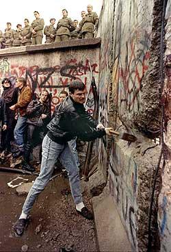 Vuelos a Berlín: un hecho importante en la historia fue la caida del muro de Berlín el 9 de noviembre de 1989.